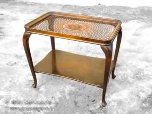 Столик с плетеным из ротанга